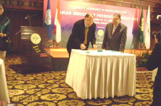 Hon'ble Vice Chancellor Dr. S. B. Nimse signing MoU with Hon'ble Vice Chancellor Dr. Mansor Pateda of 'Gorantalo University, Indonesia