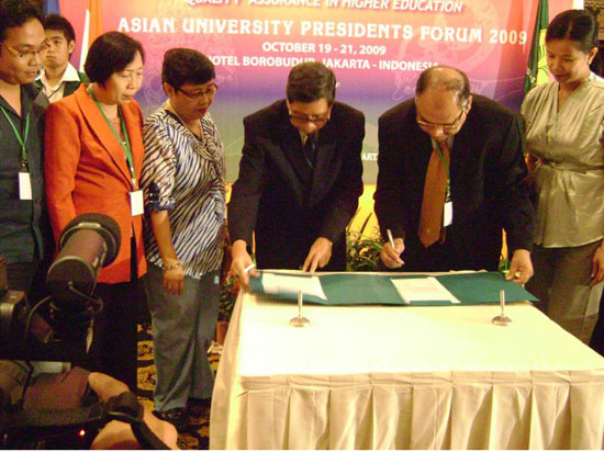 Hon'ble Vice Chancellor Dr. S. B. Nimse signing MoU with Hon'ble Vice Chancellor Dr. Lutgardo Bargo of 'Normal University, Phillipines'
